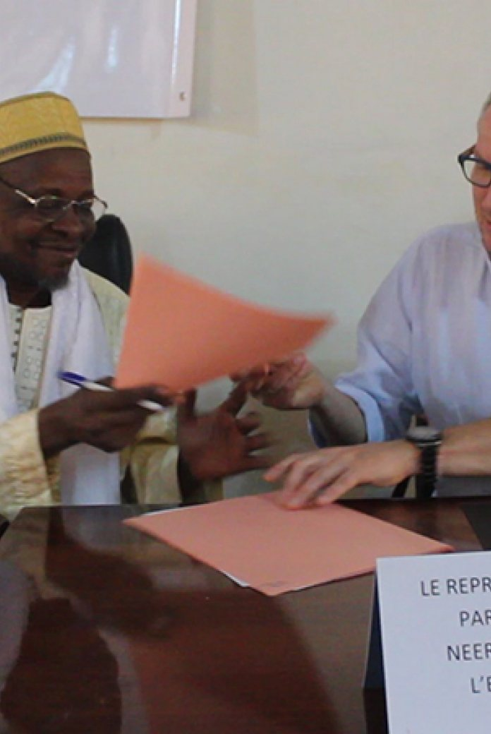 Photo of the signing of the MoU between NWP and the Partenariat National de l'Eau du Mali (PNE-Mali)