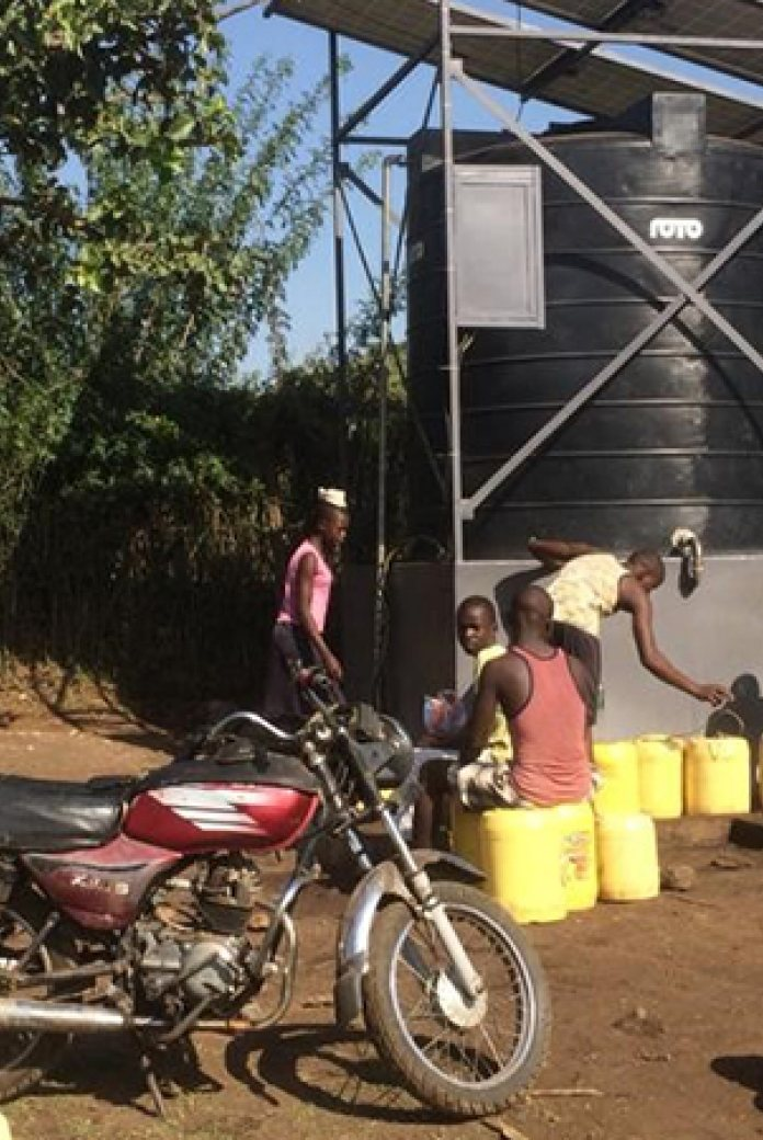 Photo of residents of the Kenyan county of Homa Bay collecting water.